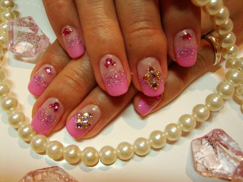 ピンクのカラグラにパープルのラメで華やかに!隠れミッキーもいる可愛いネイルです。