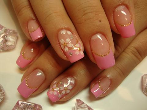 淡いピンクと白のグラデの優しい桜ネイルです♪