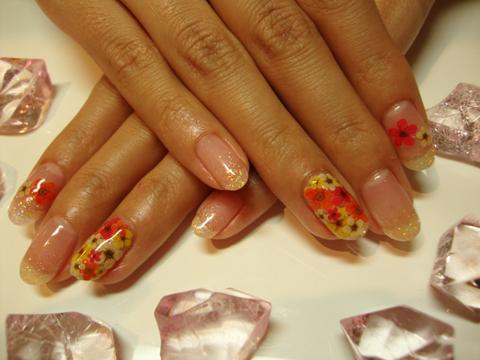 ラメグラ&押し花 押し花を贅沢に使ったフラワーネイル。気分が上がります!