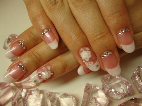 淡いピンク+白フレンチ。バラのアートで王道ブライダルネイル!