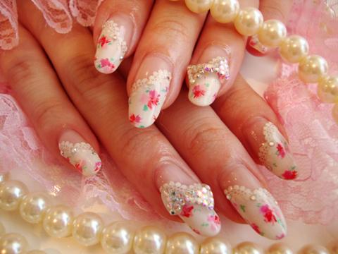 白の斜めフレンチに小花を描いて女性らしく可愛い春ネイル♪