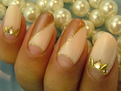 落ち着いた色の逆フレンチにゴールドで華やかに♪
