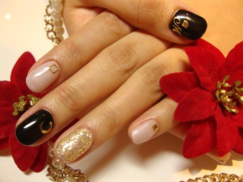 ブラック&ピンクにゴールドをプラスしたキラキラネイル!