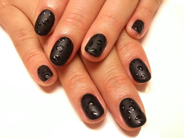 マットなブラックベースのひそかなヒョウ柄ネイルでオシャレな指先!