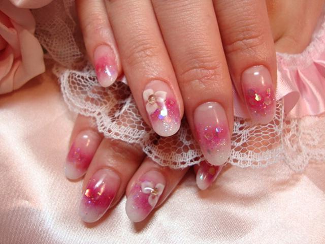 白&ピンクが女性らしい指先を演出◎