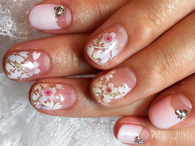 真っ白い桜がほんのりピンクに色づけば、愛らしい指先のできあがり
