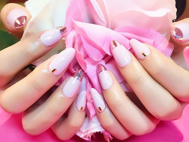 ピンクを主調としたバイカラーフレンチネイルがお洒落な女の子の指先に♪