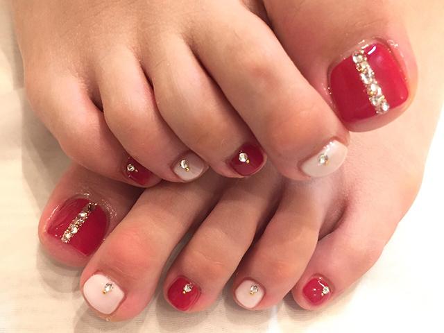 乳白色に艶やかな赤を加えて足元もセクシーネイルで決まり☆