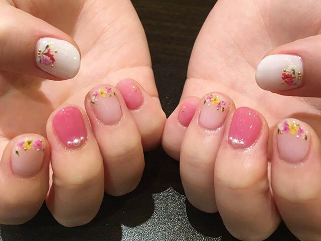レディに表現したピンクネイルは大人だからこそ楽しめるデザイン!