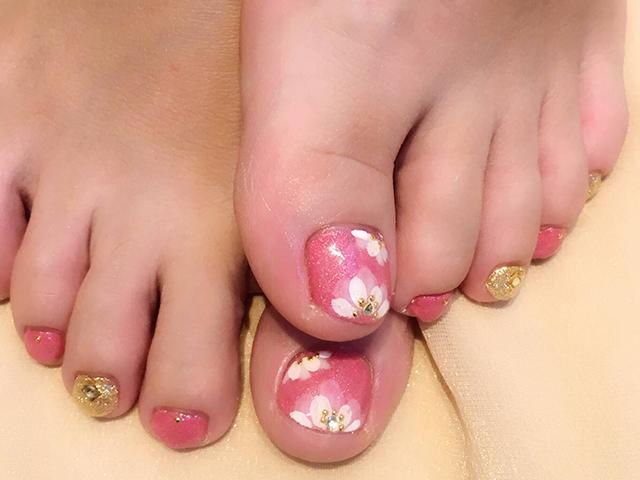 鮮やかなピンクに2色使いのフラワーが可愛い夏フットです☆