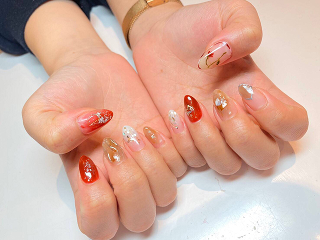 親指だけのフラワーアートにニュアンス*ブラウンと赤で秋らしく。