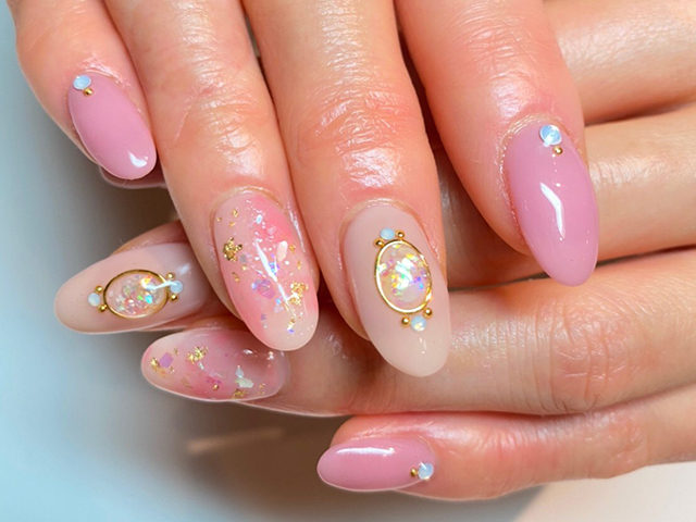 ピンクのタイダイにブローチアートが印象的で可愛いです❤️