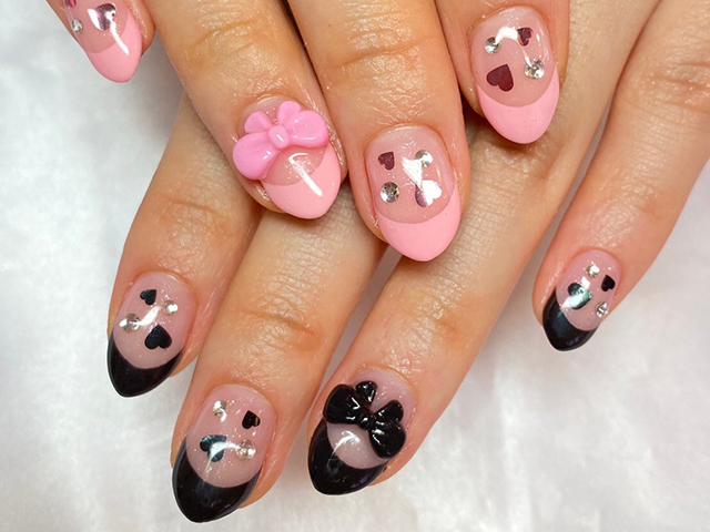 ピンクとブラックのアシンメトリーデザイン☆ハートやリボンで甘く、ブラックカラーで辛く
