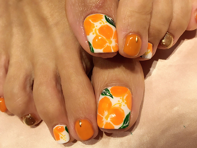 オレンジカラーのハイビスカス☆元気になれるビタミンカラーで、これから来る暑〜い夏を乗り切りましょう♪