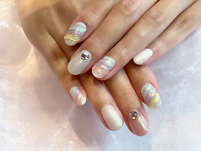 巻貝を思わせるデザイン☆ミラーネイルでキラキラな夏をお楽しみください♪